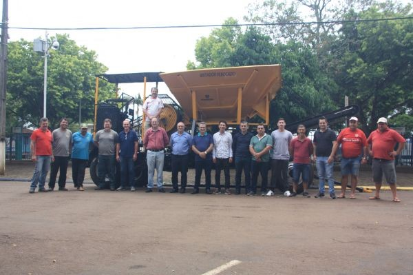 Legislativo rodeiense entrega britador móvel ao Município